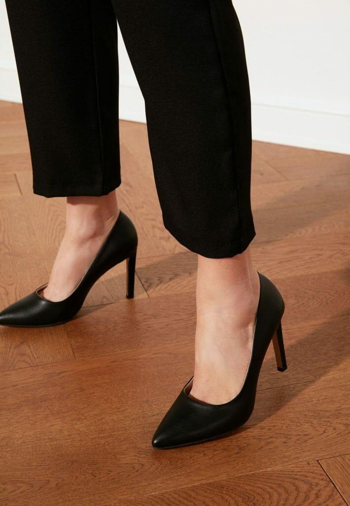 كعب كلاسيكي من الطراز الرفيع من ترينديول كما ستجدين خصم 40% صمم هذا الحذاء ذات اللون الأسود الجذاب اليك سيدتي مع تصميم بسيط مميز , ابرزي أناقتك و تأنقي أمام صديقاتك و كوني أنت الملكة في السهرة , يحتوي هذا الكعب على جزء علوي من نسيج PU املس ومتين و وسادة قدم مبطنة جزئيا لمزيد من الراحة اطمئني سيدتي على رجليك مع هذا النوع من الأحذية , كما له أيضا نعل سفلي بنمط مميز لمزيد من المتانة و شكل مقدمة الحذاء مدببة من الأمام , أما بالنسبة الى مادة النعل فهي اصطناعية كما يمكن ارتداءه في جميع الفصول .