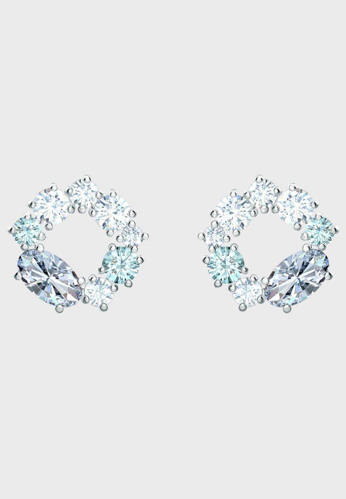 يعتبر هذا النوع من أحدث تشكيلة من سواروفسكي بمشبك مزين بكريستالت هندسية لامعة ستعطي لمظهرك جاذبية و تميزا , و يميز هذا الزوج الفريد من نوعه  من أقراط سواروفسكي الدبوسية الحجارة المقطوعة بدقة ونظام الألوان الجميل المتناسقة كما يتميز أيضا باءختلاف درجات الألون من  الأبيض والرمادي والأزرق الفاتح مع لمعان و بريق مبهر , و مايميزه عن باقي الأقراط أنه  كل قرط بعدة أحجار بأشكال مربعة ودائرية وبيضاوية , فعند ارتدائك هذا النوع فهي أحسن طريقة رائعة لتحسين مظهرك اليومي .