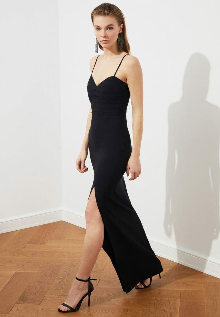 مميزات الفستان : يتميز تصميم الفستان بالبساطة و الأناقة فهو مميز لبساطته ,فاللون الأسود يعتبر هو سيد الألون , أدخلي بذا الفستان المميز ستبهرين جميع الحضور , يحتوي هذا الثوب حافة بشق حتى الفخد من الامام مع ياقة بقصة عميقة, أما بالنسبة للقماش المصنوع به فهو نسيج ناعم ومريح للغاية كما له سحاب مخفي من الخلف , سيتم ازالته بكل سهولة لا تحتاجين لمن يساعدك ستجدين تخفيض رائع في هذا الفستان .