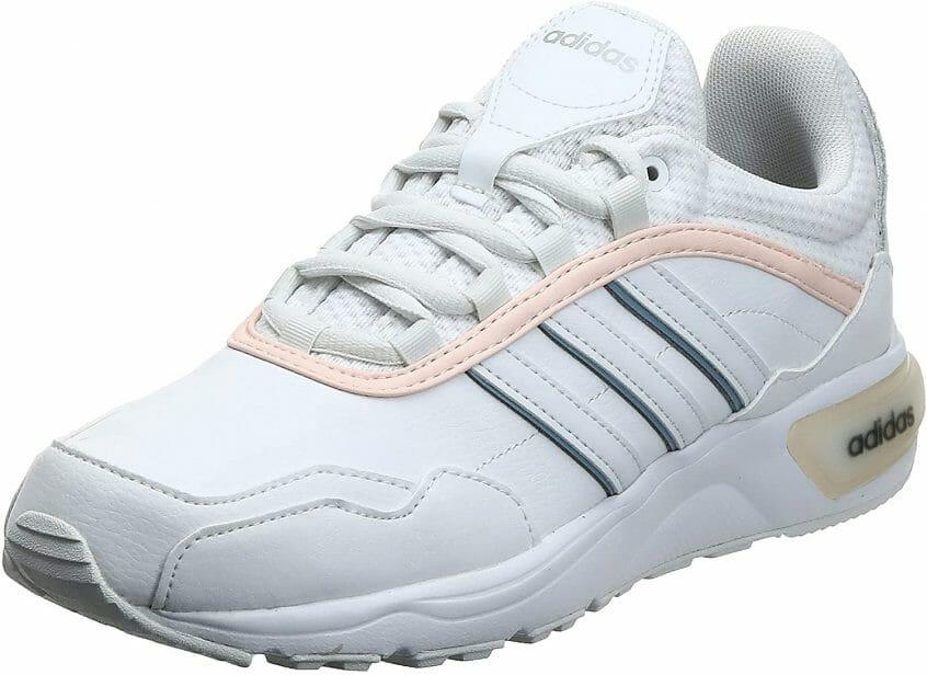 حذاء رياضي للركض من النوع الرفيع , متوفر في لونين الأبيض و الأسود , يحتوي على جزء علوي شبكي مزود بأجزاء من الشامواه الاصطناعي لع تصميم مميز أما بالنسبة للبطانة الداخلية فهي من اورثولايت .