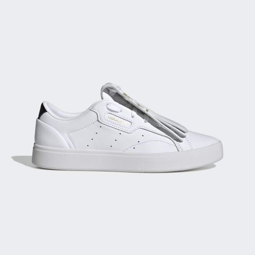 يتميز حذاء SLEEK من أديداس بتصميمه البسيط الرائع  ولمسة عصرية على إرث أديداس الرياضي  فقد تجتمع الميزات الأفضل على الإطلاق في منتج واحد  ولهذا تكون النتيجة شيئا كحذاء sleek  من أديداس ,  و أيضا عندما ننطر الى  أفضل التفاصيل المميزة لتصميمات أديداس السابقة لكن  يهدف التصميم الأنيق للحذاء كم sleek فقط ستجد جميع الخصائص و الميزات وذلك إلى إعادة ابتكار التصميمات الكلاسيكية لتصميم حذاء عصري مختلف تماما, كما له أيضا مظهرا انسيابيا وذلك لأنه يحتوي على ثلاث خطوط مخرمة موجودة على الجزء العلوي الجلدي ,  أما  الحواف البارزة الاستثنائية الموجودة على الحذاء فهي تعطي له مظهرا جميلا رائعا  حيث تغطي الأربطة بحوافها المميزة ,  له أيضا أربطة بأطراف معدنية ذهبية تلمع مع الضوء .