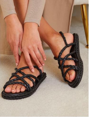 PRETTYLITTLETHING صندل جلد طبيعي أسود بأحزمة ملتوية